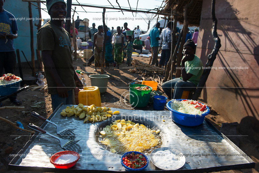 MALAWI, village market, street food, potato chips, chillies, sald and salt / MALAWI Markt in einem Dorf, Garkueche, Fritten