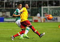 PALMIRA -COLOMBIA-12-03-2017. Andres Felipe Roa (Izq) del Deportivo Cali disputa el balón con Carlos Arboleda (Der) de Independiente Santa Fe durante partido por la fecha 9 de la Liga Aguila I 2017 jugado en el estadio Palmaseca de Cali. / Andres Felipe Roa (L) player of Deportivo Cali fights for the ball with Carlos Arboleda (R) player of Independiente Santa Fe during match for the date 9 of the Aguila League I 2017 played at Palmaseca stadium in Cali.  Photo: VizzorImage/ Nelson Rios /Cont