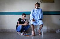 Lecture du Coran à un blessé de l'hôpital de Nasr City.