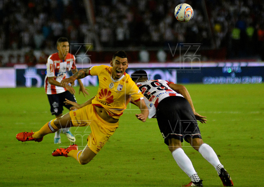 BARRANQUIILLA - COLOMBIA, 21-10-2017: Teofilo Gutierrez (Der) del Atlético Junior disputa el balón con Juan Camilo Roa (Izq) jugador de Independiente Santa Fe durante partido por la fecha 16 de la Liga Águila II 2017 jugado en el estadio Metropolitano Roberto Meléndez de la ciudad de Barranquilla. / Teofilo Gutierrez (R) player of Atletico Junior struggles the ball with Yeison Gordillo (L) player of Independiente Santa Fe during match for the date 16 of the Aguila League II 2017 played at Metropolitano Roberto Melendez stadium in Barranquilla city.  Photo: VizzorImage/ Alfonso Cervantes / Cont
