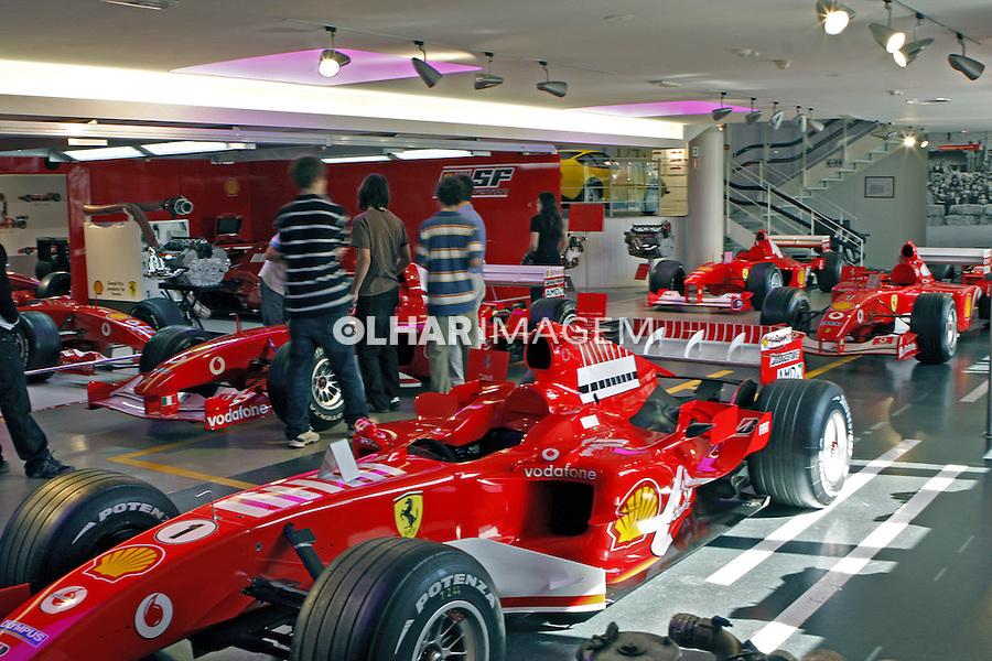 Exposição de carros na Galleria Ferrari. Maranello. Itália. 2007. Foto de Marcio Nel Cimatti.