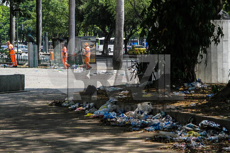 RIO DE JANEIRO, RJ, 07.03.2014 - Lixo continua acumulado e espalhado pelas ruas do Rio de Janeiro enquanto grupos de garis retoma o trabalho na Glória, zona Sul da cidade. (Foto. Néstor J. Beremblum / Brazil Photo Press)