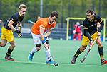 BLOEMENDAAL - Tim Swaen (Bldaal) met Joaquin Menini Suero (Den Bosch)  en Imre Vos (Den Bosch)   tijdens de hoofdklasse competitiewedstrijd hockey heren,  Bloemendaal-Den Bosch (2-1) COPYRIGHT KOEN SUYK