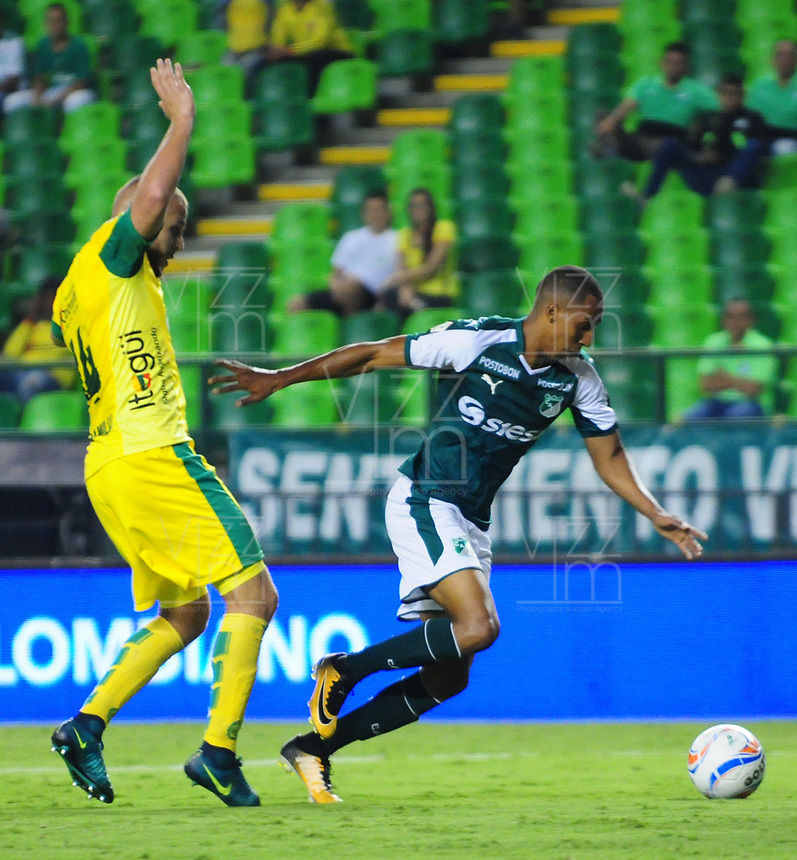PALMIRA - COLOMBIA - 23 - 03 - 2018: Jhon Edison Mosquera (Der.) jugador de Deportivo Cali disputa el balón con Felipe Jaramillo (Izq.) jugador de Leones F. C., durante partido entre Deportivo Cali y Leones F. C., de la fecha 10 por la liga Aguila I 2018, jugado en el estadio Deportivo Cali (Palmaseca) en la ciudad de Palmira. / Jhon Edison Mosquera (R) player of Deportivo Cali vies for the ball with Felipe Jaramillo (L) player of Leones F. C., during a match between Deportivo Cali and Leones F. C., of the 10th date for the Liga Aguila I 2018, at the Deportivo Cali (Palmaseca) stadium in Palmira city. Photo: VizzorImage  / Nelson Rios / Cont.