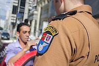 CURITIBA, PR, 15 DE DEZEMBRO 2013 –  TRÂNSITO / ACIDENTE / ALCOOLIZADO. Um motorista embriagado causou um acidente ao colidir com um táxi, na tarde deste domingo(15), ao não respeitar o sinal vermelho, em um cruzamento na Alameda Dr. Carlos de Carvalho, no bairro centro, em Curitiba. Teste de bafômetro foi realizado em ambos condutores e o proprietário do veiculo gol vermelho ficou comprovado alto nível alcoólico de 2.00 [mg/l], muito além da dosagem mínima.  Segundo a militar, o motorista responderá criminalmente por embriaguez e por dano, caso o outro motorista envolvido prestar queixa, além de pagar as multas e perder a documentação que lhe permite dirigir. Na foto prorietário do Gol vermelho realizando o teste do bafômetro.(FOTO: PAULO LISBOA  / BRAZIL PHOTO PRESS)