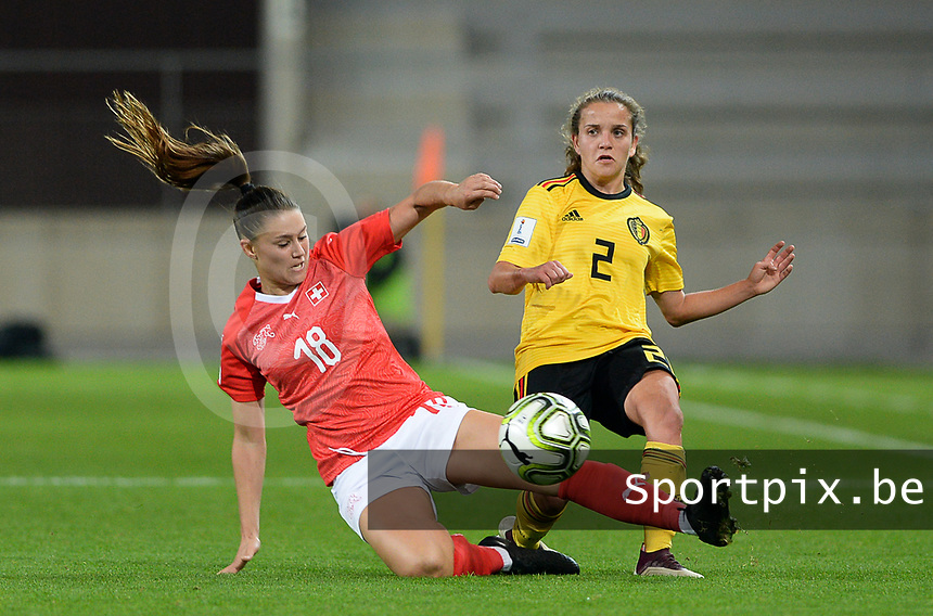 20181009 – BIEL BIENNE , SWITZERLAND : Belgian Davina Philtjens (r)  pictured with Swiss Viola Calligaris during the female soccer game between Switzerland and the Belgian Red Flames , the second leg in the semi finals play offs for qualification for the World Championship in France 2019 ; the first leg ended in equality 2-2 ;  Tuesday 9 th october 2018 at The Tissot Arena  in BIEL BIENNE , Switzerland . PHOTO SPORTPIX.BE | DAVID CATRY