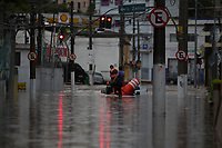 SÃO PAULO, SP, 16.02.2019 - ENCHENTE-SP - Enchente atinge a rua Américo Vespuccio no bairro da Vila Prudente região leste de São Paulo na tarde deste sábado, 16. Funcionarios da CET ficaram ilhados e precisaram ser resgatados pelo Corpo de Bombeiros (Foto: Luiz Guarnieri / Brazil Photo Press)
