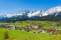 Austria, Tyrol, Going with village church and Wilder Kaiser mountains   Oesterreich, Tirol, Going am Wilden Kaiser mit Dorfkirche zum heiligen Kreuz