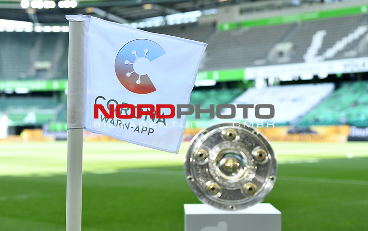 Meisterschale in der Volkswagen Arena, Eckfahne mit der neuen Corona Warn-App fuer die Mobiltelefone<br />Wolfsburg, 27.06.2020: nph00001: , Fussball Bundesliga, VfL Wolfsburg - FC Bayern Muenchen<br /> DFL REGULATIONS PROHIBIT ANY USE OF PHOTOGRAPHS AS IMAGE SEQUENCES AND OR QUASI VIDEO<br />EDITORIAL USE ONLY<br />NATIONAL AND INTERNATIONAL NEWS AGENCIES OUT