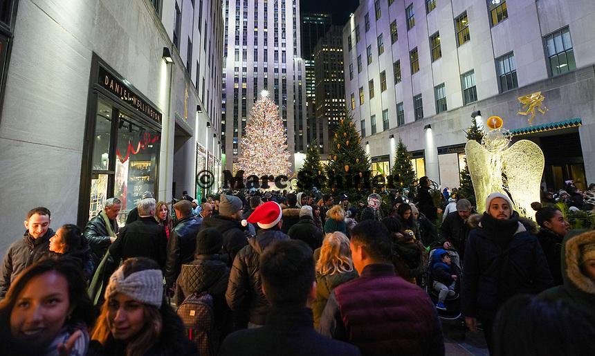Zahlreiche Besucher an der Weihnachtlichen Installation am Weihnachtsbaum des Rockefeller Centers - 08.12.2019: New York