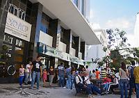 CURITIBA, PR, 12 DE NOVEMBRO DE 2013 – MANISFESTAÇÃO DE REPÚDIO - Depois de fazerem manisfestação na frente do tribunal de justiça do Paraná, entidades sindicais  manifestaram contra suspensão do feriado da Consciência Negra, na tarde desta terça-feira (12), em frente ao prédio da à ACP (Associação Comerical do Paraná), em curitiba, localizado no Centro da cidade. Protesto visa à derrubada da iliminar que suspende a data do feriado solicitado pela à ACP e ao SINDUSCON. FOTO: PAULO LISBOA / BRAZIL PHOTO PRESS