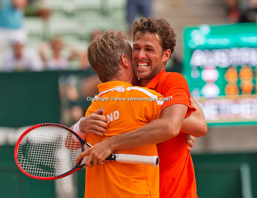 Austria, Kitzbühel, Juli 19, 2015, Tennis,  Davis Cup, forth match between Dominic Thiem (AUT) and Robin Haase (NED), pictured: Robin Haase celebrates his win and put the Dutch in a 3-1 win, captain Jan Siemerink is embracing him<br /> Photo: Tennisimages/Henk Koster