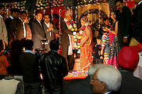 07.12.2008 Delhi(Haryana)<br /> <br /> The groom offering a garland flowers on the bride.<br /> <br /> Le marié offrant  une guirlande de fleurs a la mariée.