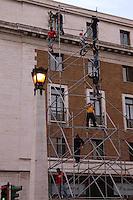 Operai edili montano una impalcatura per il restauro di un palazzo..Construction workers mount a scaffolding for the renovation of a building.....