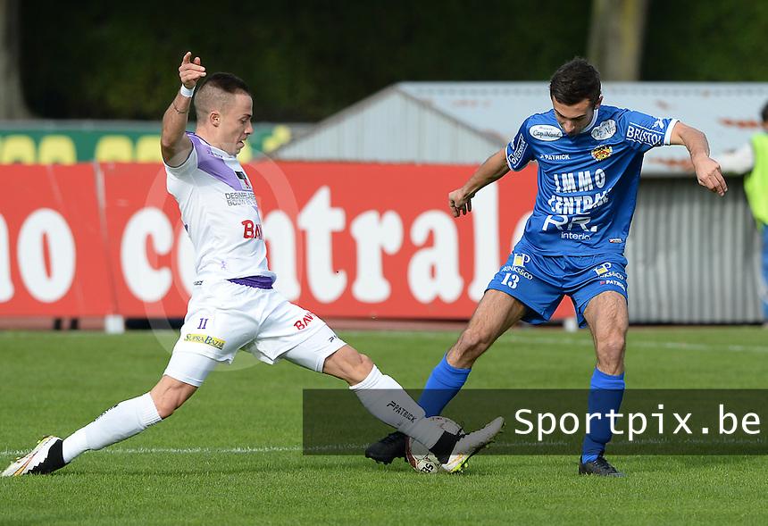 Knokke FC - SW Harelbeke : Gianni Vanhaecke (links) met de tackle op Mike Maljers (r) <br /> Foto VDB / Bart Vandenbroucke