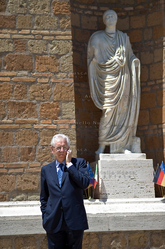 Mario Monti a Villa Madama in attesa di ricevere i leaders di Francia, Spagna e Germania per il vertice europeo. .Italy's prime minister Mario Monti, before welcoming France's president Francois Hollande, Germany's chancellor Angela Merkel, and Spain's prime minister Mariano Rajoy, at Villa Madama for their meeting in Rome.