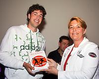 16-6-09, Rosmalen, Tennis, Ordina Open 2009, Symposium KNLTB, Robin Haase ontvangt het eerste exemplaar van het boek Ace of Brace van sportarts Babette pluim uit handen van KNLTB voorzitter Karin van Bijleveld