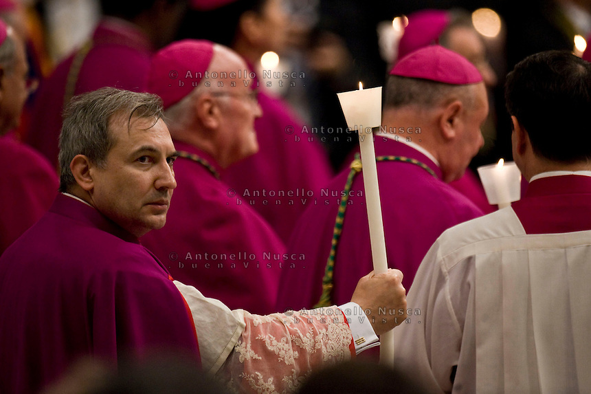 Mons. Lucio Angel Vallejo Balda, già segretario della Prefettura degli Affari economici e della Commissione di studio sulle attività economiche e amministrative (Cosea) durante una funzione religiosa nella Basilica di San Pietro.