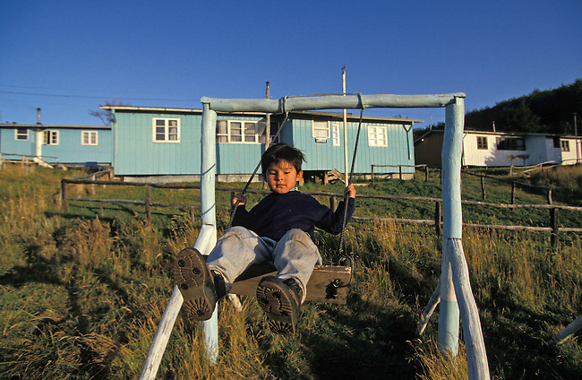 Puerto Williams sur l'ile Navarino en face du canal Beagle. Un enfant sur une balancoire. *** Child on a swing. Puerto Williams on Navarino island, Chile.