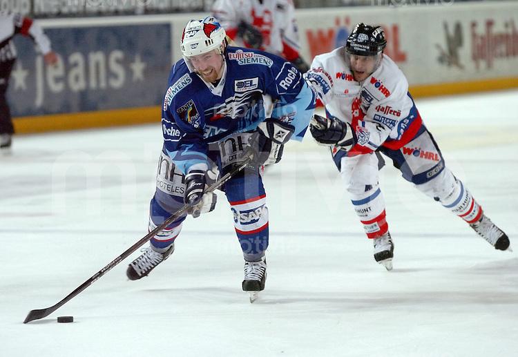 Eishockey, DEL, Deutsche Eishockey Liga 2003/2004 , 1.Bundesliga, Arena Nuernberg (Germany) Nuernberg Ice Tigers - Adler Mannheim (2:1 n.p.) vorne Tomas Martinec (Mannheim) im Angriff, kann von Kevin Dahl (IceTigers) nicht gehalten werden.