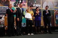 ATENÇAO EDITOR: FOTO EMBARGADA PARA VEÍCULOS INTERNACIONAIS. SAO PAULO, 11 DE SETEMBRO DE 2012.  GOVERNADOR ALCKMIN RECEBE ATLETAS PARAOLIMPICOS. O atleta Yohansson do Nascimento Ferreira durante a  entrega para  os atletas paraolimpicos da medalha do Mérito Esportivo na manha desta terça feira no Palacio dos Bandeirantes, na zona sul da capital paulista. FOTO ADRIANA SPACA - BRAZIL PHOTO PRESS