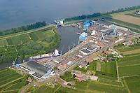 4415/Sietas Werft:EUROPA, DEUTSCHLAND, HAMBURG 09.06.2005: .An der suedwestlichen Peripherie der Freien und Hansestadt Hamburg liegt die Schiffswerft J. J. Sietas an der Mündung der Este, die in die Elbe, die Hauptverkehrsader Hamburgs, fließt. .Im Sommer 1635, also vor dreieinhalb Jahrhunderten, wurde die Sietas-Werft mitten im Obstbaugebiet des Alten Landes an der Este gegründet.Die traditionsreiche Werft hat sich in den letzten Jahrzehnten zu einer der effektivsten mittleren Werften der EU mit einer breiten Produktionspalette entwickelt.Gebaut werden hier:Fahrgast- und Ro/Ro-Schiffe,Kombinierte Ro/Lo-Schiffe, Schwergutschiffe, Mehrzweckfrachter,.Offene Containerschiffe, Container-Schiffe, Küstenmotorschiffe, Papiertransporter, Chemikalien-/Gastanker,.Selbstentladende Bulker,Fischerei-/Sonderfahrzeuge.. .Luftaufnahme, Luftbild,  Luftansicht