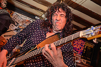 Bassmann Bernd Kolbe der Band Epitaph  in  Barnaby's Blues Bar in Braunschweig am 04.April 2015. Foto: Rüdiger Knuth