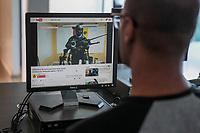 **ACOMPAÑA CRÓNICA: VENEZUELA CRISIS ** VZL03. CARACAS (VENEZUELA), 10/08/2017.- Una persona observa un vídeo de un hombre armado y encapuchado en la plataforma Youtube hoy, jueves 10 de agosto de 2017, en Caracas (Venezuela). La crisis venezolana ha parido unos nuevos actores. Grupos de encapuchados que portan armas de guerra se paran frente a una cámara, hacen llamamientos a radicalizar las protestas contra el Gobierno de Nicolás Maduro y sus mensajes se hacen virales en las redes sociales. Este fenómeno gana terreno en una Venezuela que viene de cuatro meses de protestas callejeras que dejaron más de 120 muertos y no lograron el fin de la llamada revolución bolivariana ni detener la instauración de una Asamblea Nacional Constituyente (ANC), vista por sus detractores como un órgano dictatorial. EFE/Miguel Gutiérrez