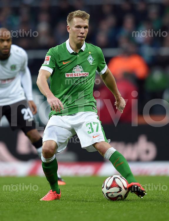 FUSSBALL   1. BUNDESLIGA   SAISON 2014/2015   15. SPIELTAG SV Werder Bremen - Hannover 96                         13.12.2014 Melvyn Lorenzen (SV Werder Bremen) am Ball