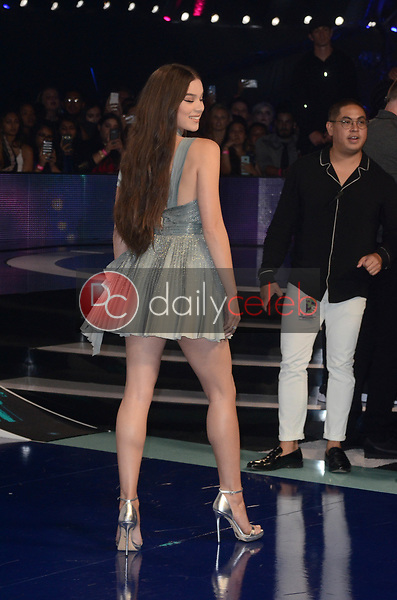 Hailee Steinfeld<br /> at the 2017 MTV Video Music Awards, The Forum, Inglewood, CA 08-27-17<br /> David Edwards/DailyCeleb.com 818-249-4998