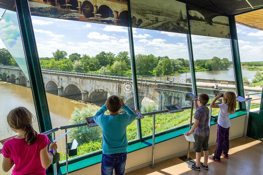 France, Saône-et-Loire (71), Digoin, l'ObservaLoire, observatoire sur le pont-canal et la Loire // France, Saone-et-Loire, Digoin, the ObservaLoire, observatory on Loire river and lateral canal at Loire river