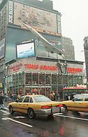Times Square Ecke 34th Street.<br /> Werbung der Fluggesellschaft British Airways &uuml;ber der Times Square Brewery.<br /> New York City, 28.12.1998<br /> Copyright: Christian-Ditsch.de<br /> [Inhaltsveraendernde Manipulation des Fotos nur nach ausdruecklicher Genehmigung des Fotografen. Vereinbarungen ueber Abtretung von Persoenlichkeitsrechten/Model Release der abgebildeten Person/Personen liegen nicht vor. NO MODEL RELEASE! Don't publish without copyright Christian-Ditsch.de, Veroeffentlichung nur mit Fotografennennung, sowie gegen Honorar, MwSt. und Beleg. Konto:, I N G - D i B a, IBAN DE58500105175400192269, BIC INGDDEFFXXX, Kontakt: post@christian-ditsch.de]