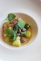 Europe/France/Rhone-Alpes/73/Savoie/<br />  La Perrière  : La Tania: Julien Machet, restaurant: Le Farçon, - Suprème de Volaille de la Cour d'Armoise, morilles et asperges