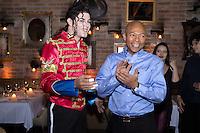 SAO PAULO, SP - 10.11.2014 - LaVelle SmitH Candela Coquetel - Cover e coreógrafo de Michael Jackson, LaVelle Smith recebido pelo cover oficial do Michael Jackson no Brasil, o artista Rodrigo Teaser na noite desta segunda-feira (10). O cover organizou um coquetel no restaurante Candela, no bairro do Itaim Bibi, em São Paulo e contou com a presença de outras celebridades nacionais.<br /> <br /> (Foto: Fabricio Bomjardim / Brazil Photo Press)