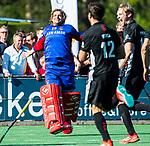 BLOEMENDAAL   - Hockey -  2e wedstrijd halve finale Play Offs heren. Bloemendaal-Amsterdam (2-2) . A'dam wint shoot outs. keeper Philip van Leeuwen (A'dam)   na de shoot outs . COPYRIGHT KOEN SUYK