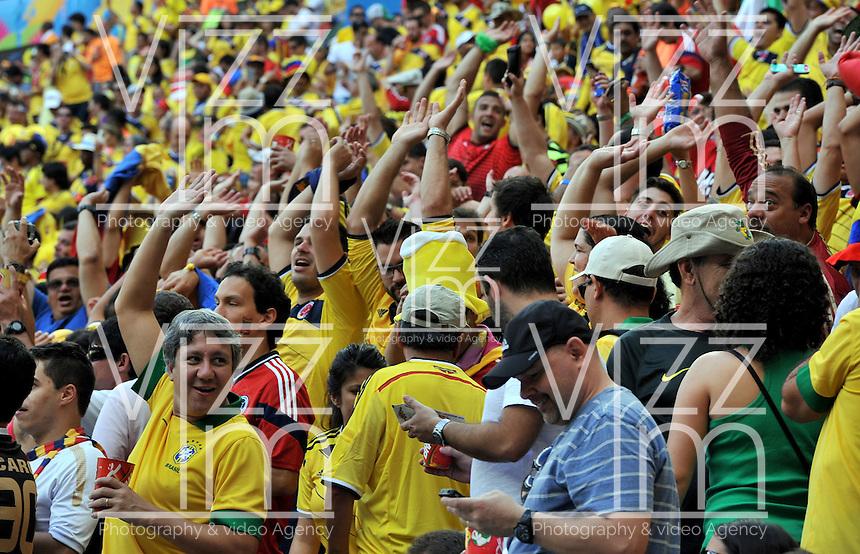 BRASILIA - BRASIL -19-06-2014. Hinchas colombianos viven una fiesta en el estadio Mane Garricha de Brasilia durante el partido del Grupo C entre Colombia (COL) y Costa de Marfil (CIV) hoy 19 de junio de 2014 en la Copa Mundial de la FIFA Brasil 2014./ Fans of Colombia live a party on the Mane Garricha stadium in Brasilia during the Group C match between Colombia (COL) and Ivory Coast (CIV) today June 19 2014 in the 2014 FIFA World Cup Brazil. Photo: VizzorImage / Alfredo Gutiérrez / Contribuidor