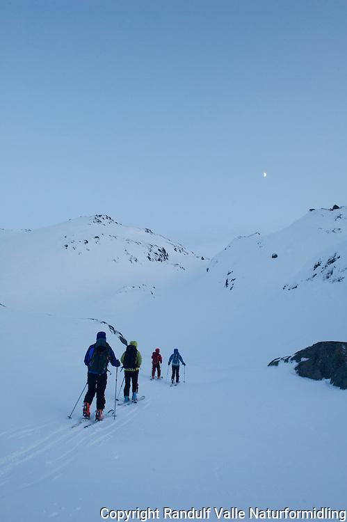 Skiløpere på vei opp Gargodalen mot Seilandstuva. ---- Skiers in Seiland national park.