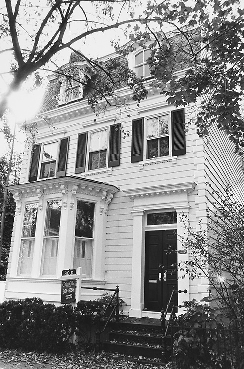 Property sold at $ 970,000, 30th St NW Georgetown on Nov. 18, 1996. (Photo by Maureen Keating/CQ Roll Call via Getty Images)