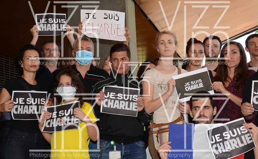 """MEDELLÍN - COLOMBIA, 10-01-2015. Algunas personas se reunieron en Medellín,  Colombia, hoy 11 de enero de 2015, portando carteles de """"Soy Charlie"""" durante una manifestación en homenaje por 17 víctimas de los actos terroristas de tres días que se vivieron en la capital de Francia, París, por miembros de grupos islamistas extremos. Más de un millón de personas se reunieron en la capital francesa en rechazo al terrorismo./ People gathered in Medellin, Colombia, today January 11, 2015, carrying signs saying """"I'm Charlie"""" during a demonstration in tribute of 17 victims of terrorist acts in three days that lived in the French capital, Paris, by members of extreme Islamist groups. More than a million people gathered in the French capital in rejection of terrorism. Photo: VizzorImage/Luis Rios/STR"""