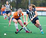 BLOEMENDAAL  - Hockey -  finale KNHB Gold Cup dames, Bloemendaal-HDM (1-1). Bloemendaal wint na shoot outs.  Pien Dicke (HDM) met Laurien Boot (Bldaal)    COPYRIGHT KOEN SUYK