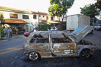 SÃO PAULO, SP - 10.02.2014 -  Três carros são incendiados no bairro do Rio Pequeno, na Zona Oeste de São Paulo, na noite deste domingo (9), em protesto contra a morte da jovem Larissa Leite da Silva, de 17 anos, que morreu em uma troca de tiros entre um policial civil de folga e criminosos. na madrugada. Pela manhã, moradores da região já tinham incendiado um ônibus em protesto. (Foto: Adriano Lima / Brazil Photo Press)