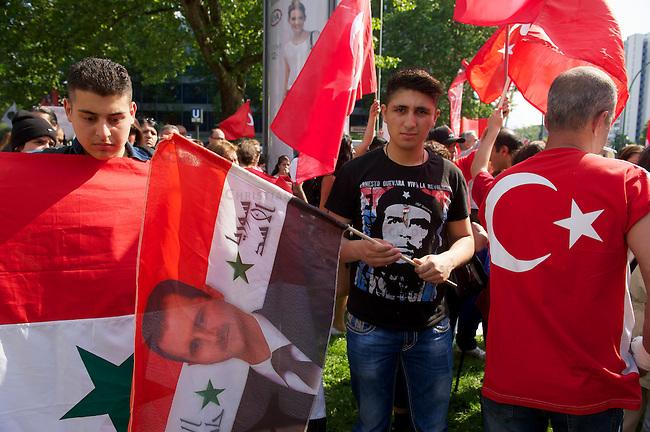 Bis zu 6.000 Menschen demonstrierten am Samstag den 8. Juni 2013 in Berlin gegen den tuerkischen Ministerpraesidenten Erdogan und die Regierungspartei AKP. Sie solidarisierten sich mit den Menschen, die in der Tuerkei seit Ende Mai fuer mehr Demokratie und gegen die Regierung demonstrieren.<br />Im Bild: Auch Anhaenger des syrischen Praesidenten Assad beteiligten sich an den Protesten.<br />8.6.2013, Berlin<br />Copyright: Christian-Ditsch.de<br />[Inhaltsveraendernde Manipulation des Fotos nur nach ausdruecklicher Genehmigung des Fotografen. Vereinbarungen ueber Abtretung von Persoenlichkeitsrechten/Model Release der abgebildeten Person/Personen liegen nicht vor. NO MODEL RELEASE! Don't publish without copyright Christian-Ditsch.de, Veroeffentlichung nur mit Fotografennennung, sowie gegen Honorar, MwSt. und Beleg. Konto:, I N G - D i B a, IBAN DE58500105175400192269, BIC INGDDEFFXXX, Kontakt: post@christian-ditsch.de<br />Urhebervermerk wird gemaess Paragraph 13 UHG verlangt.]