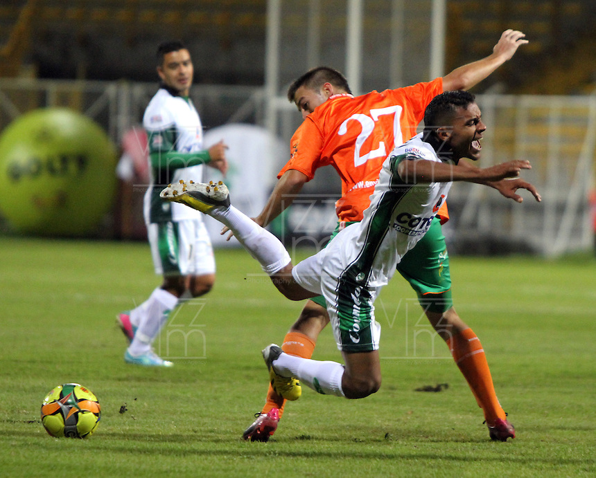 BOGOTA -COLOMBIA- 16-08-2013. Wilson Morelo(der)  de La Equidad  disputa el balon  contra Humberto Mendoza ( Izq)  del Envigado Futbol Club ,  partido correspondiente a la cuarta fecha de La  Liga Postobonn segundo semestre disputado en el estadio  de Techo /  Wilson Morelo (R) of the Equity dispute the ball against Humberto Mendoza (L) of Envigado Futbol Club, game in the fourth round of the second half Postobonn League match at the Stadium Roof<br />  . Photo: VizzorImage /Felipe Caicedo  / STAFF