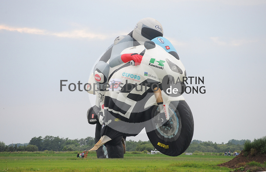 BALLONVAREN: JOURE: 26-07-2017, Ballonfeesten Joure, Special Shape, Motor, landing nabij Vegelinsoord,©foto Martin de Jong
