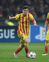 FUSSBALL  CHAMPIONS LEAGUE   SAISON 2013/2014   Vorrunde     AC Mailand - FC Barcelona       22.10.2013 Lionel Messi (Barca) am Ball