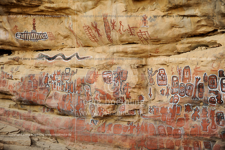 MALI Dogon Land , Dogon village Songho, painting on rock wall of sacred initialization site where circumcision rites are performed  / MALI, Dogon Dorf Songho, Wandbilder an Felswand des Initialisierungsplatzes der Dogon
