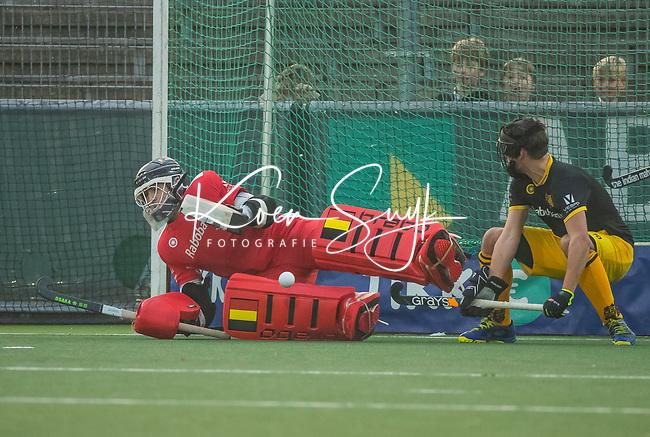 AMSTELVEEN -  keeper Loic van Doren (Den Bosch) stopt een strafcorner    tijdens de competitie hoofdklasse hockeywedstrijd mannen, Amsterdam- Den Bosch (2-3).  COPYRIGHT KOEN SUYK