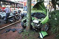 SÃO PAULO,SP,07 DEZEMBRO 2012 - ACIDENTE  ZONA LESTE -Um carro bateu na manhã de hoje em uma arvore depois do motorista perde o controle na Pça Felisberto Fernandes da Silva  em São Mateus na Rigão leste de São Paulo FOTO ALE VIANNA - BRAZIL PHOTO PRESS.