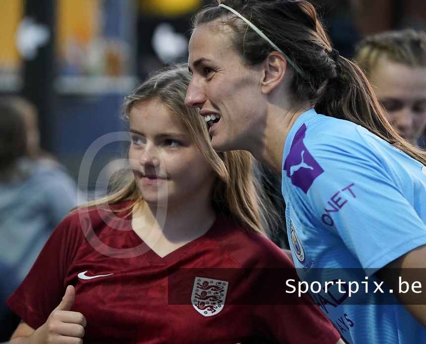 20191027 - Boreham Wood: Jill Scott is pictured posing with a young fan wearing England Women's National Team's jersey after the Barclays FA Women's Super League match between Arsenal Women and Manchester City Women on October 27, 2019 at Boreham Wood FC, England. PHOTO:  SPORTPIX.BE   SEVIL OKTEM