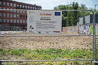 """Die Satirepartei """"Die Partei"""" hat an einem Baugrundstueck in Berlin-Kreuzberg ein Schild mit der Aufschrift """"berlinbaut - Hier entsteht ein Massengrab"""" an dem Bauzaun befestigt.<br /> 21.5.2020, Berlin<br /> Copyright: Christian-Ditsch.de<br /> [NUR FUER REDAKTIONELLE ZWECKE! Werbung nur auf Anfrage beim Fotografen. Inhaltsveraendernde Manipulation des Fotos nur nach ausdruecklicher Genehmigung des Fotografen. Vereinbarungen ueber Abtretung von Persoenlichkeitsrechten/Model Release der abgebildeten Person/Personen liegen nicht vor. NO MODEL RELEASE! Don't publish without copyright Christian-Ditsch.de, Veroeffentlichung nur mit Fotografennennung, sowie gegen Honorar, MwSt. und Beleg. Konto: I N G - D i B a, IBAN DE58500105175400192269, BIC INGDDEFFXXX, Kontakt: post@christian-ditsch.de<br /> Bei der Bearbeitung der Dateiinformationen darf die Urheberkennzeichnung in den EXIF- und  IPTC-Daten nicht entfernt werden, diese sind in digitalen Medien nach §95c UrhG rechtlich geschuetzt. Der Urhebervermerk wird gemaess §13 UrhG verlangt.]"""
